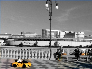 I took this photo in Livorno and photoshopped it - highly amateurishly, yes - to leave only three colours.